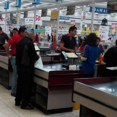 Morena propone sueldo y prestaciones para cerillos, meseros y despachadores de gasolina