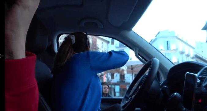 Youtubers españolas arrojan comida a indigentes desde su auto.