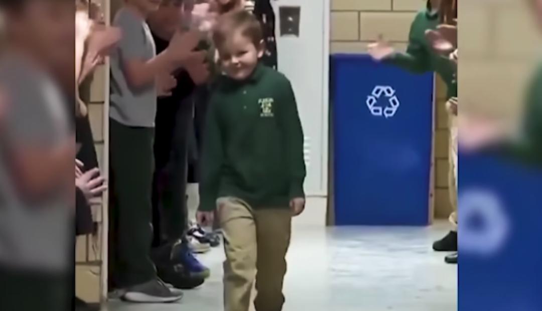 Niño es ovacionado en su escuela por haber vencido el cáncer.