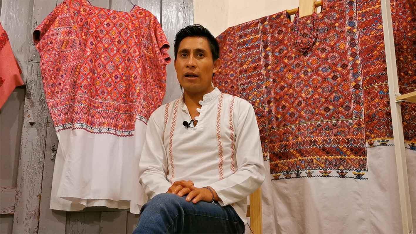 Indígena tzotzil mostrará su trabajo como tejedor a NY y Harvard.