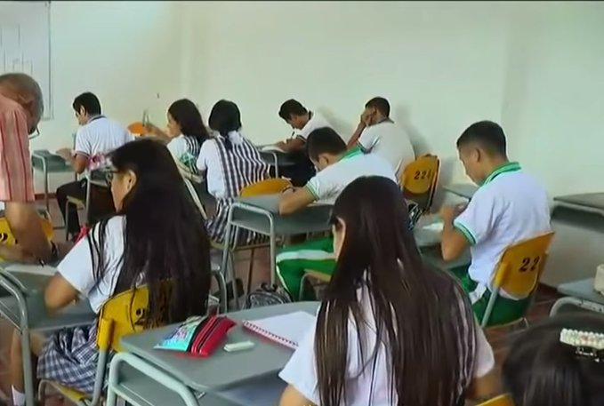 En Colombia rector prohibe a alumnas celulares y minifaldas