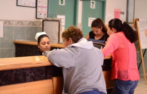 Mexicanos sin seguro social recibirán atención médica presentando CURP.