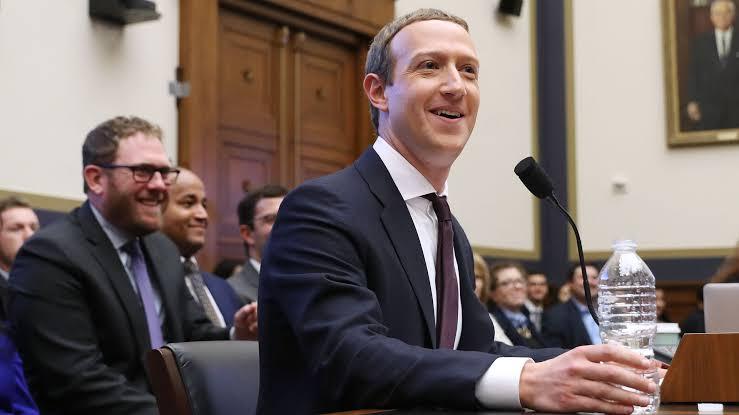 Trump asegura que Zuckerberg lo felicitó por ser el número uno en Facebook.
