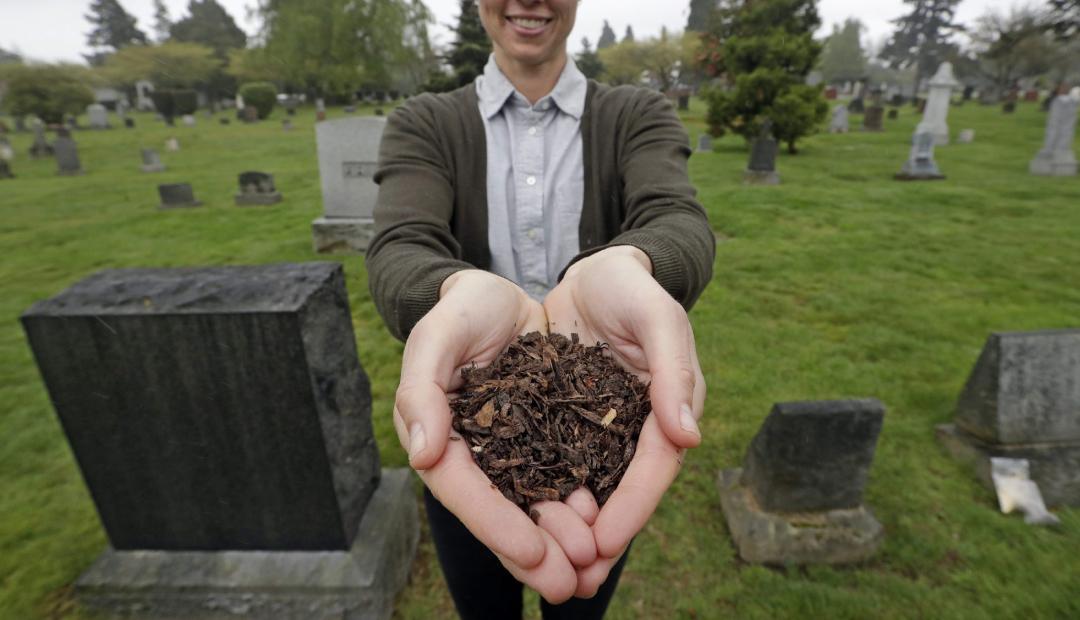 Compostaje humano: convertirse en abono orgánico después de morir.