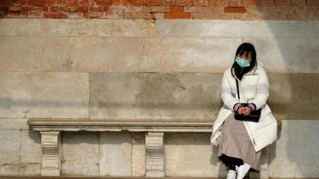 Un turista usa una máscara protectora en la Plaza de San Marcos en Venecia después de que se confirmaron dos casos de coronavirus en Italia, en Venecia, Italia, el 31 de enero de 2020. © Manuel Silvestri / Reuters
