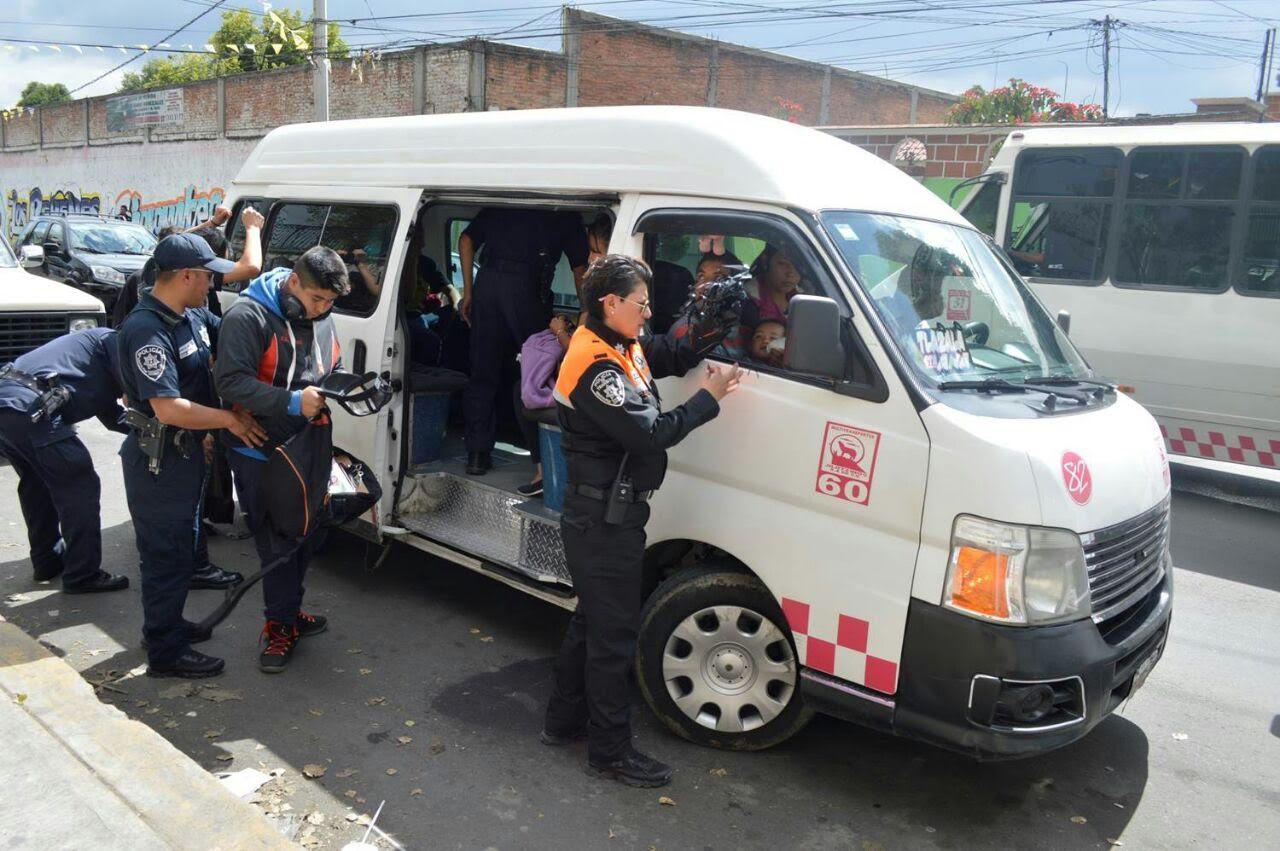 Acuchillan a enfermera del IMSS durante asalto a combi.