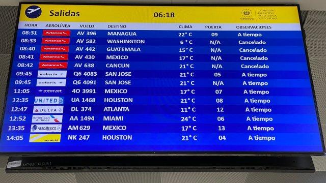 Mexicanos se quedan varados en aeropuerto de El Salvador por coronavirus