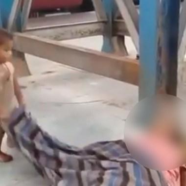 video-nino-tratando-revivir-madre-muerte-india