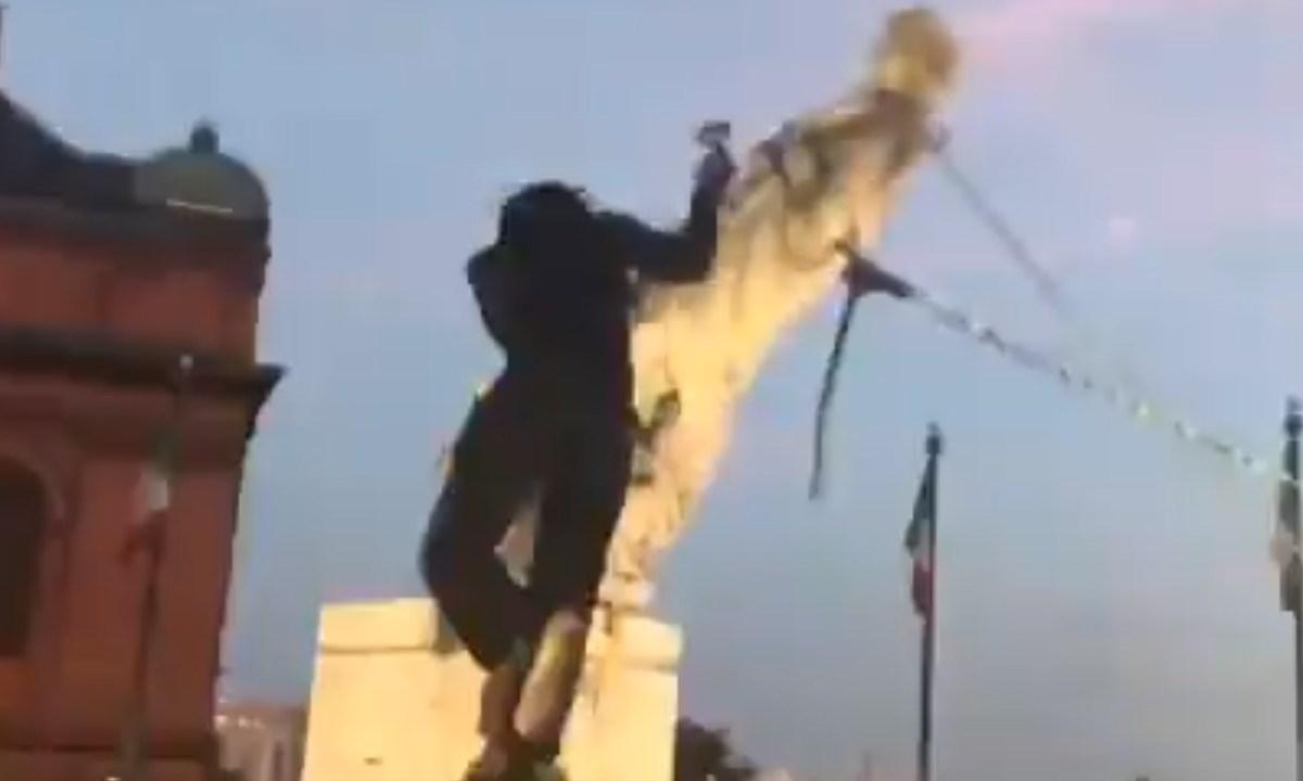 En pleno Día de la Independencia, derrumban estatua de Cristóbal Colón en EE UU para luego tirarla al agua