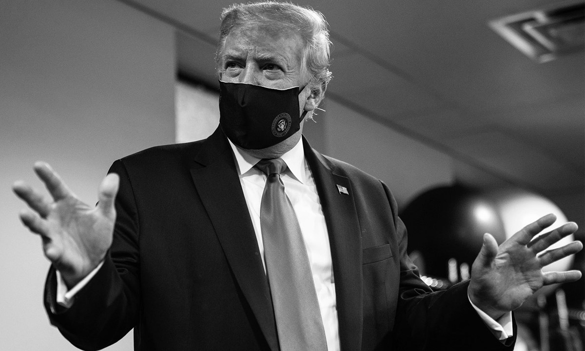 Donald Trump cambia de opinión con respecto al cubrebocas y se lo pone para combatir la pandemia de coronavirus Covid 19