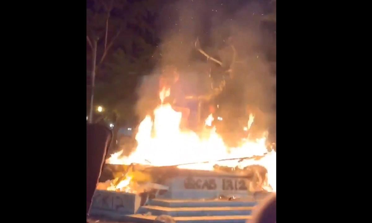 Quemaron la estatua de un alce durante las protestas en Estados Unidos en una manifestación que se salió de control