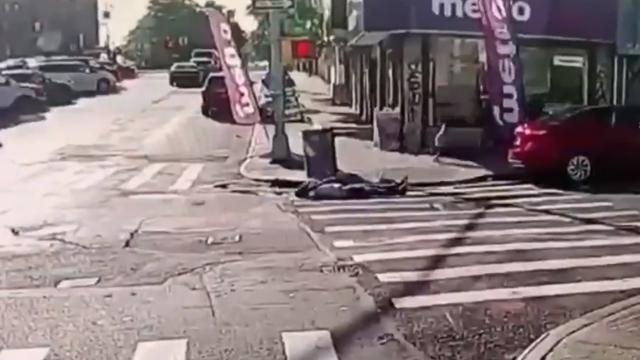 Video captó momento en que disparan a un padre que iba caminando con su hija de 6 años en calles de Nueva York, Captura de pantalla