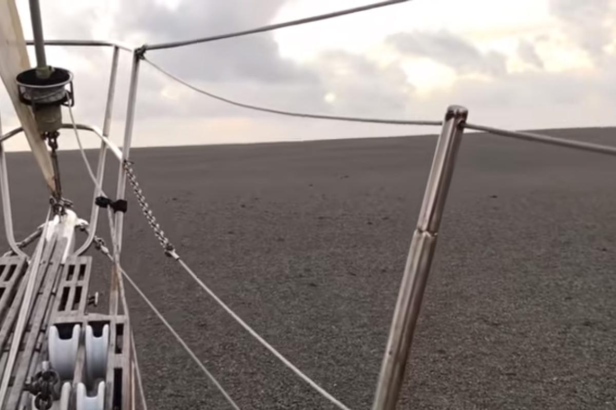 En un video, se muestra el impresionante tamaño de la isla de piedra pomez que flota en el océano Pacífico, Captura de Pantalla