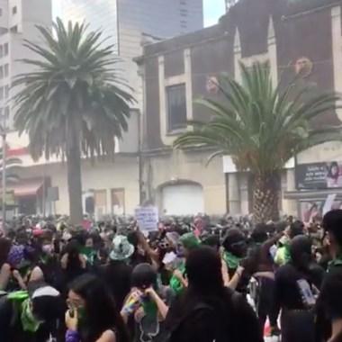 Marcha feminista se enfrenta con policías