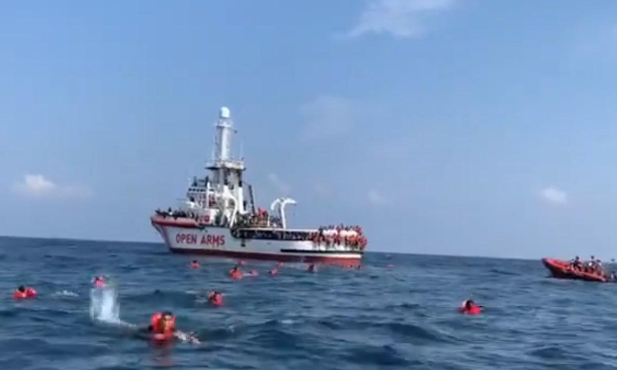 76 migrantes que estaban a bordo del Open Arms, se lanzaron al mar Mediterráneo en un intento por alcanzar las costas italianas, Captura de Pantalla
