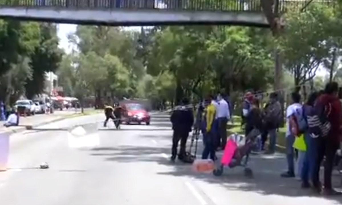 El video muetra el momento cuando el chofer aventó su auto contra los padres de niños con cáncer que protestan para exigir medicamento, Captura de Pantalla