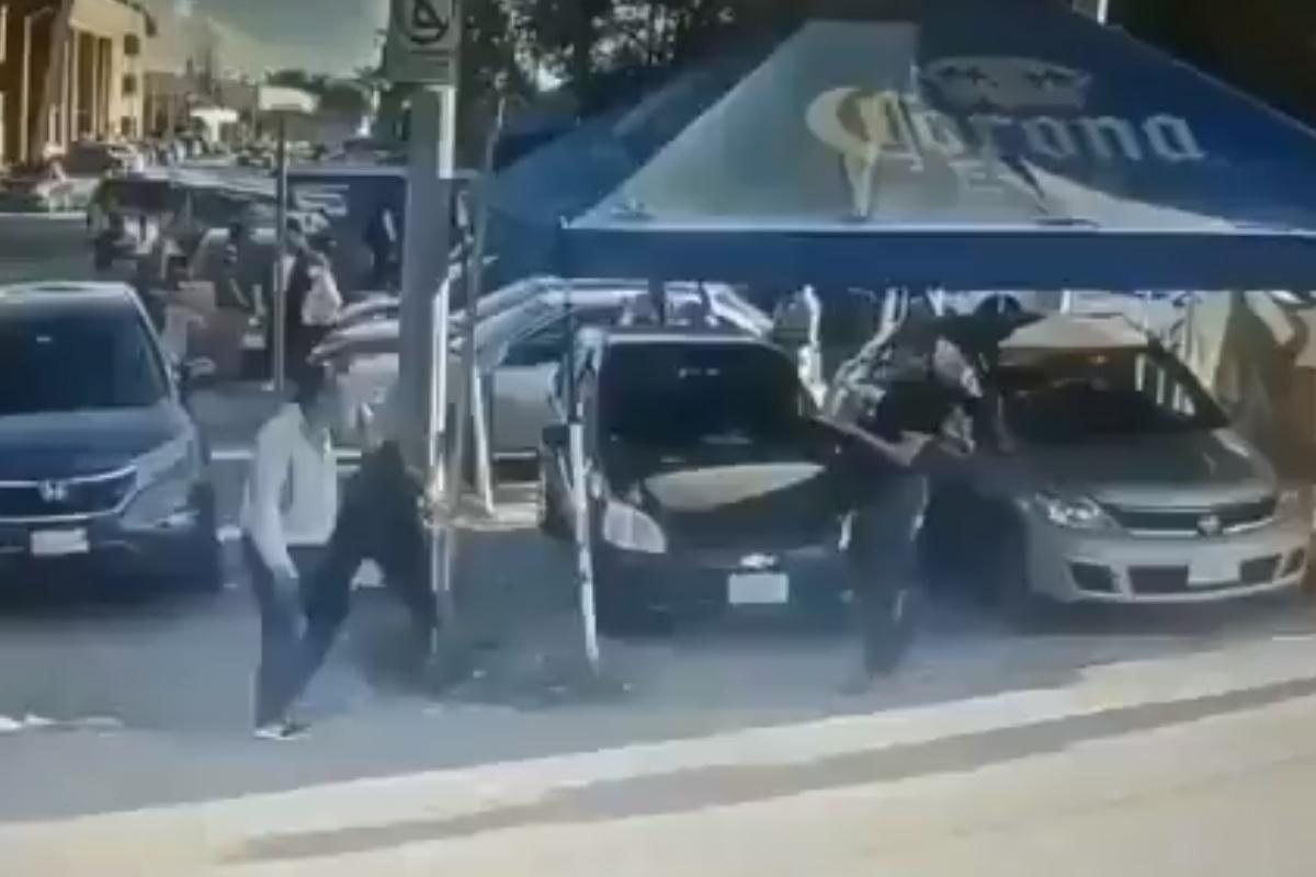 El video muestra como el padre espera al hombre para matarlo de una puñalada afuera de la Fiscalía en León, Captura de Pantalla