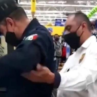 Un policía de Neza fue capturado en video cuando intentaba robar estopa y pegamento amarillo; fue detenido