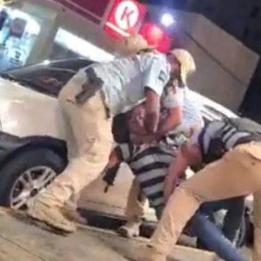 Acapulco: policías utilizan exceso de fuerza para someter a un joven [Video]
