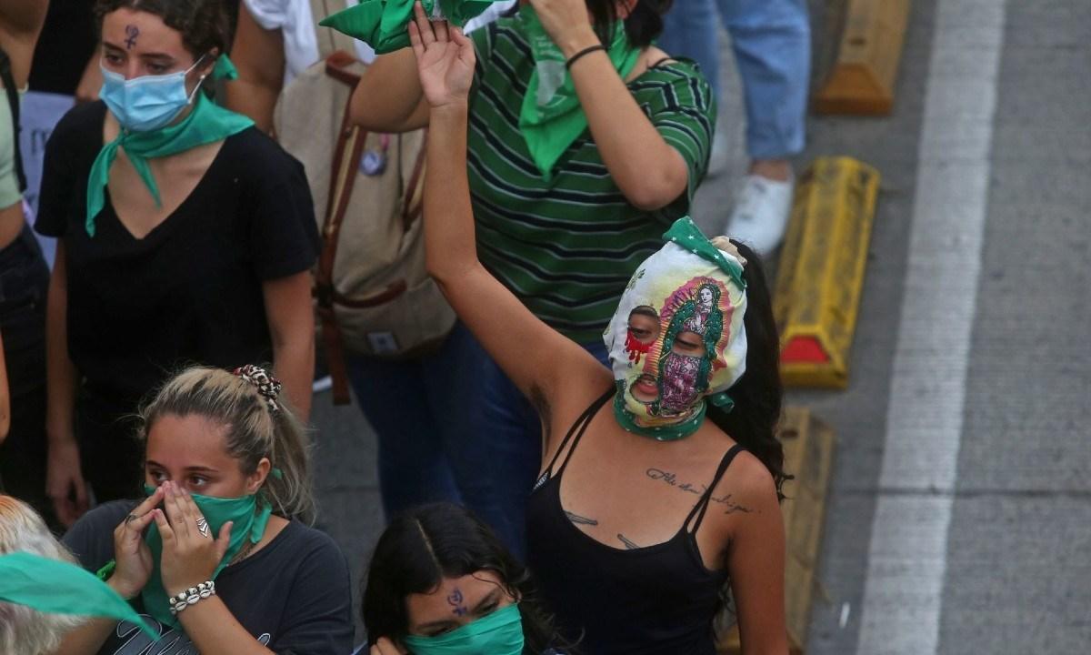 Fiscalía de la CDMX acusa a 13 jóvenes feministas de daño a la propiedad