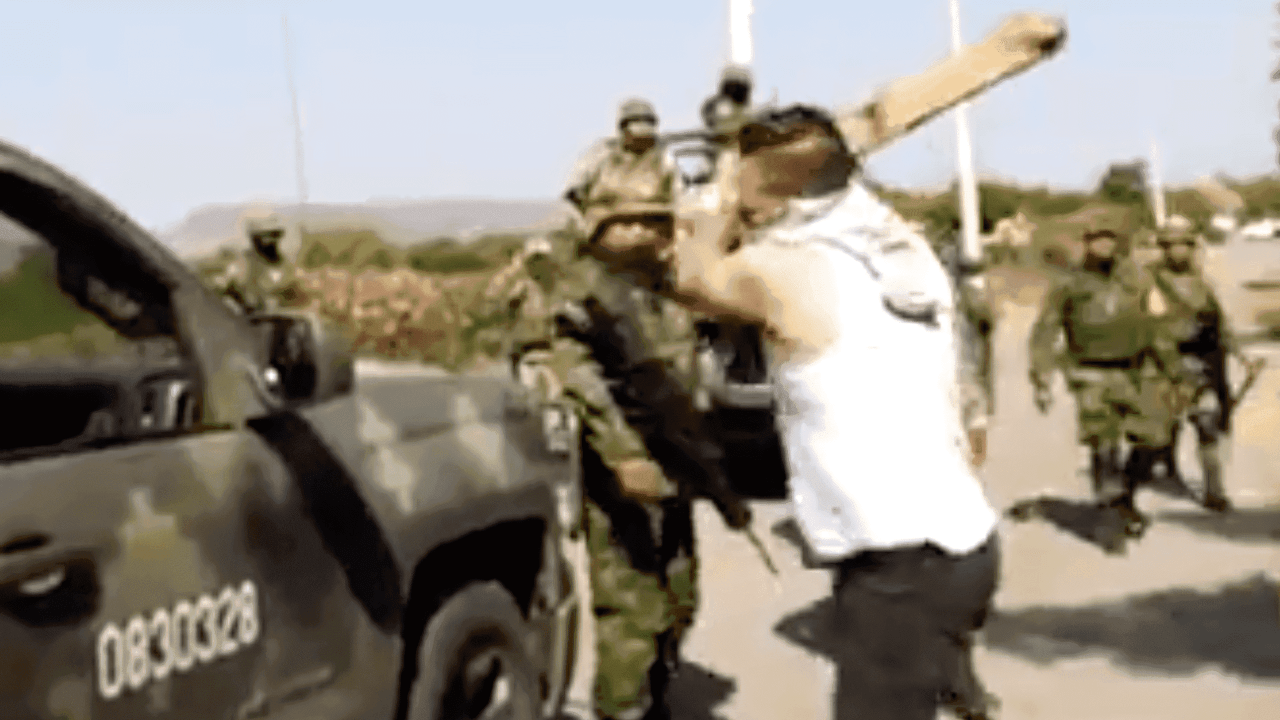 golpean con palos a militares
