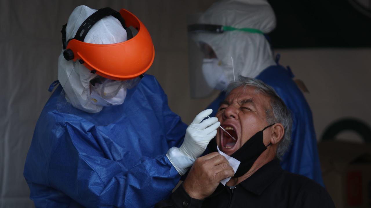 Científicos de la Universitat Oberta de Catalunya (UOC) identificaron la fiebre con delirio como un nuevo síntoma de COVID-19