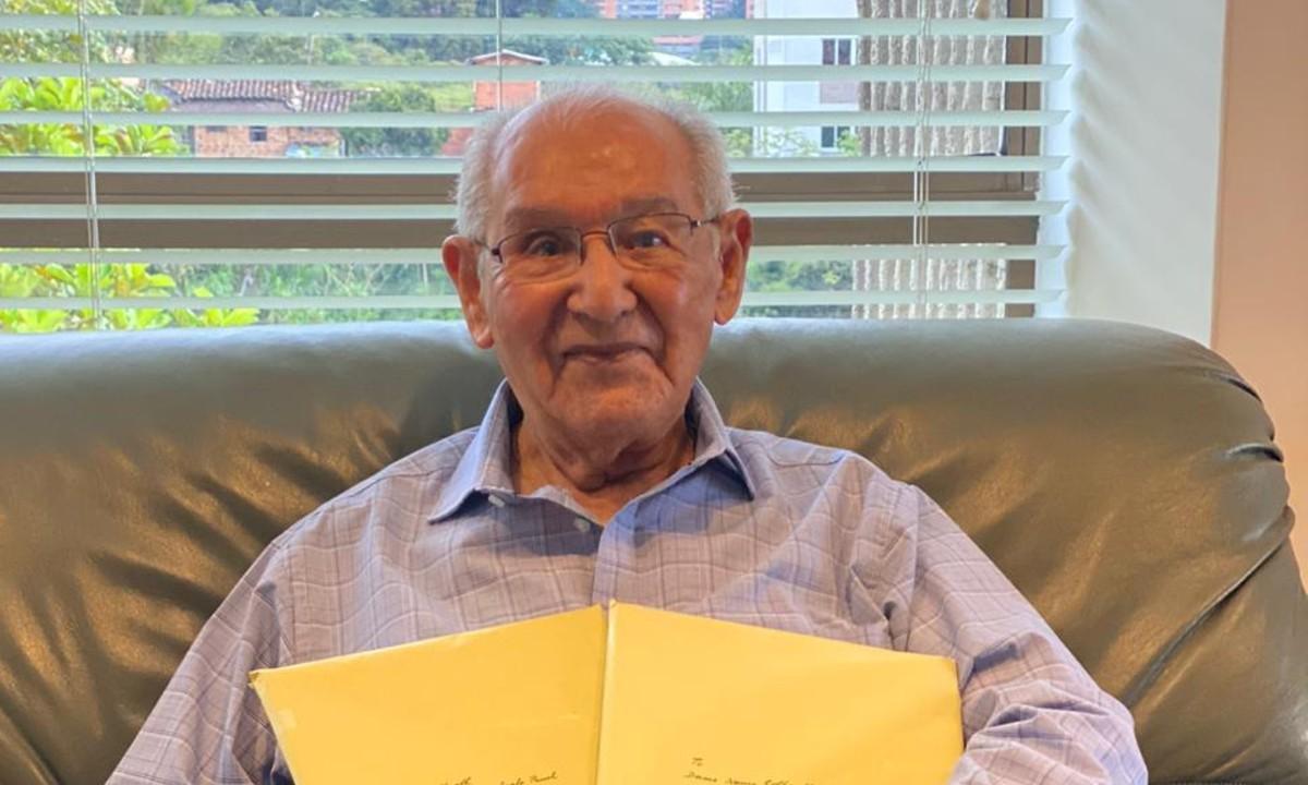 Abuelito de 104 años termina tesis doctoral y resuelve fórmula matemática