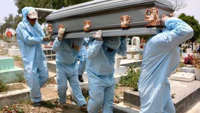 Muertes por COVID-19 superan 4 veces los homicidios en México