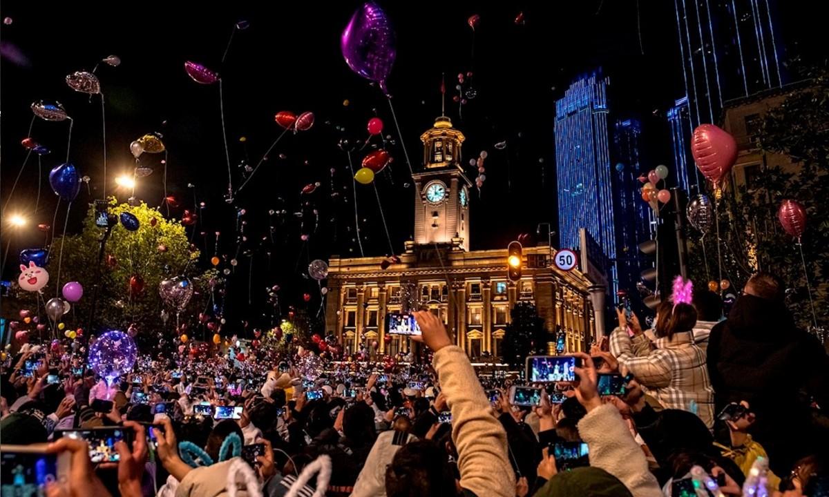 En Wuhan reciben el año nuevo sin sana distancia