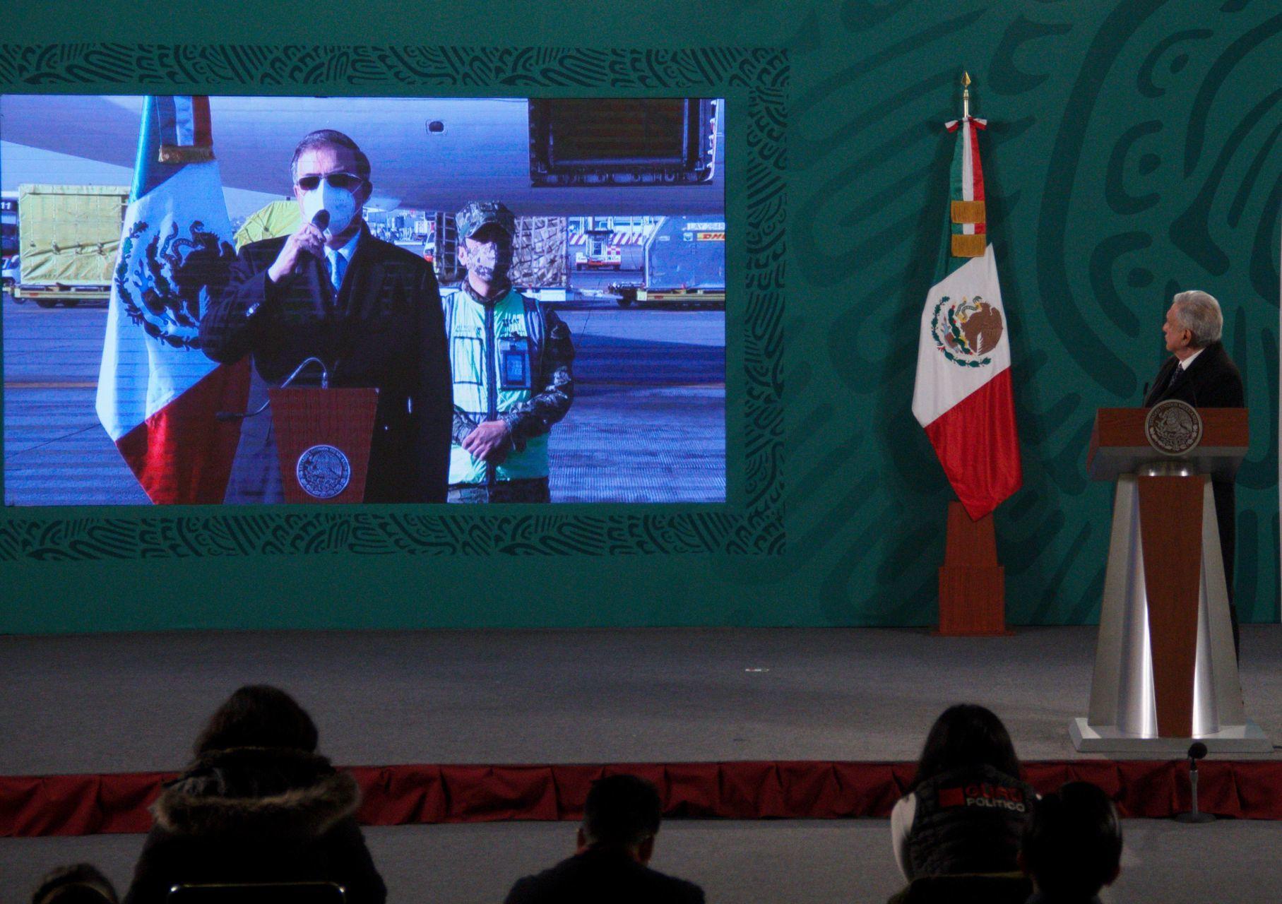 Marcelo Ebrard recibió el nuevo cargamento de la vacuna de Pfizer