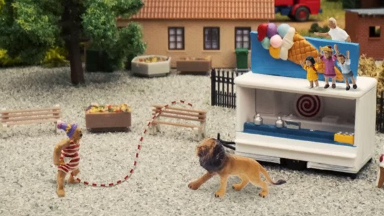 John Dillermand es un programa infantil de Dinamarca sobre un hombre con un pene gigante que no controla; ha causado controversia en redes