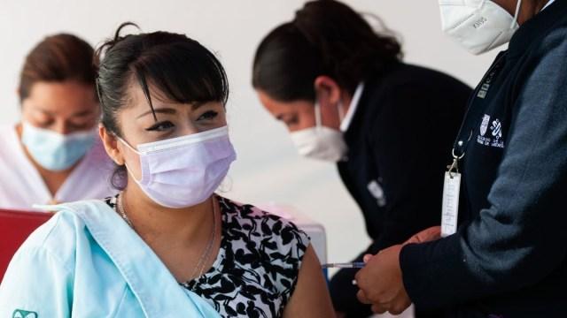 Nuevo León: hospitalizan a doctora por reacciones a vacuna del Covid-19