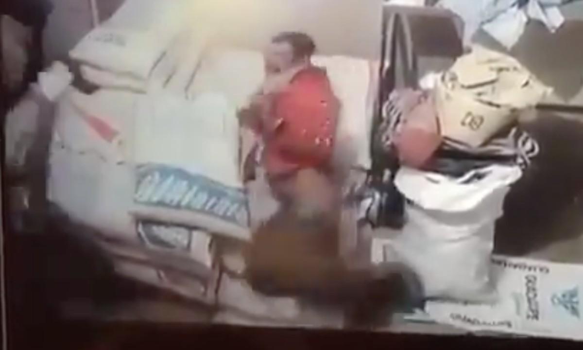 Video: ladrón entra a un negocio, los dueños lo sorprenden y lo agarran a tablazos