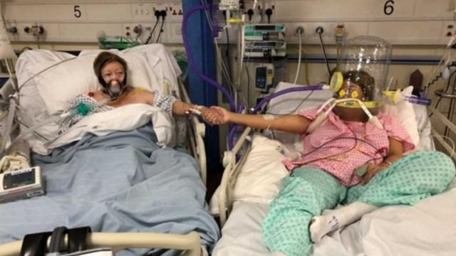 Madre e hija se toman de la mano antes de morir de Covid-19