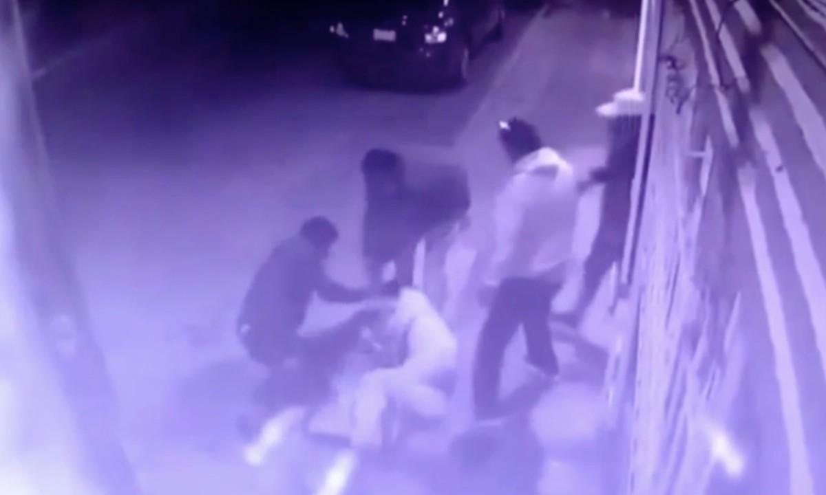 Video: golpean a médico tras la muerte de una joven en cirugía