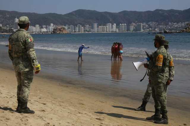 Militares desalojan turistas Acapulco 2