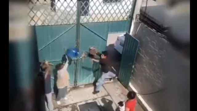 Video sujeto golpea avienta garrafón a su mamá Ixtapaluca