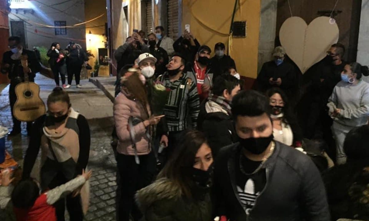 Parejas abarrotan el Callejón del Beso, Guanajuato está en semáforo rojo