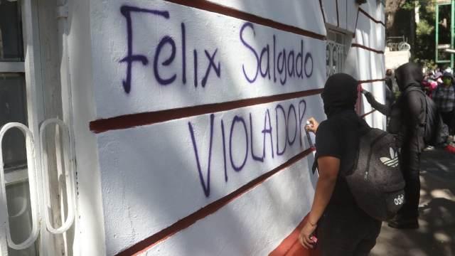 Colectivos feministas prenden fuego entrada casa de campaña Salgado Macedonio