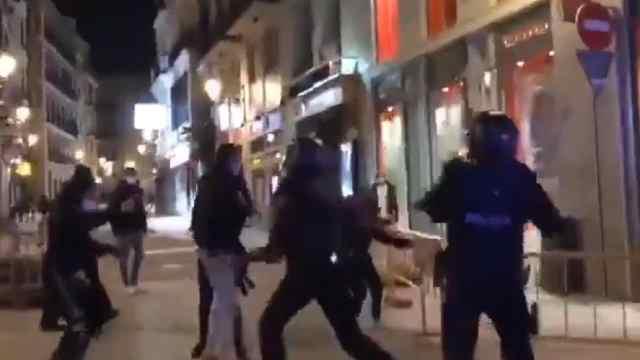 Video policía insulta golpea mujer protestas Pablo Hasél