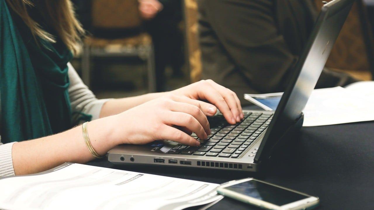 Becas en femenino IEBS impulsar mujeres TIC