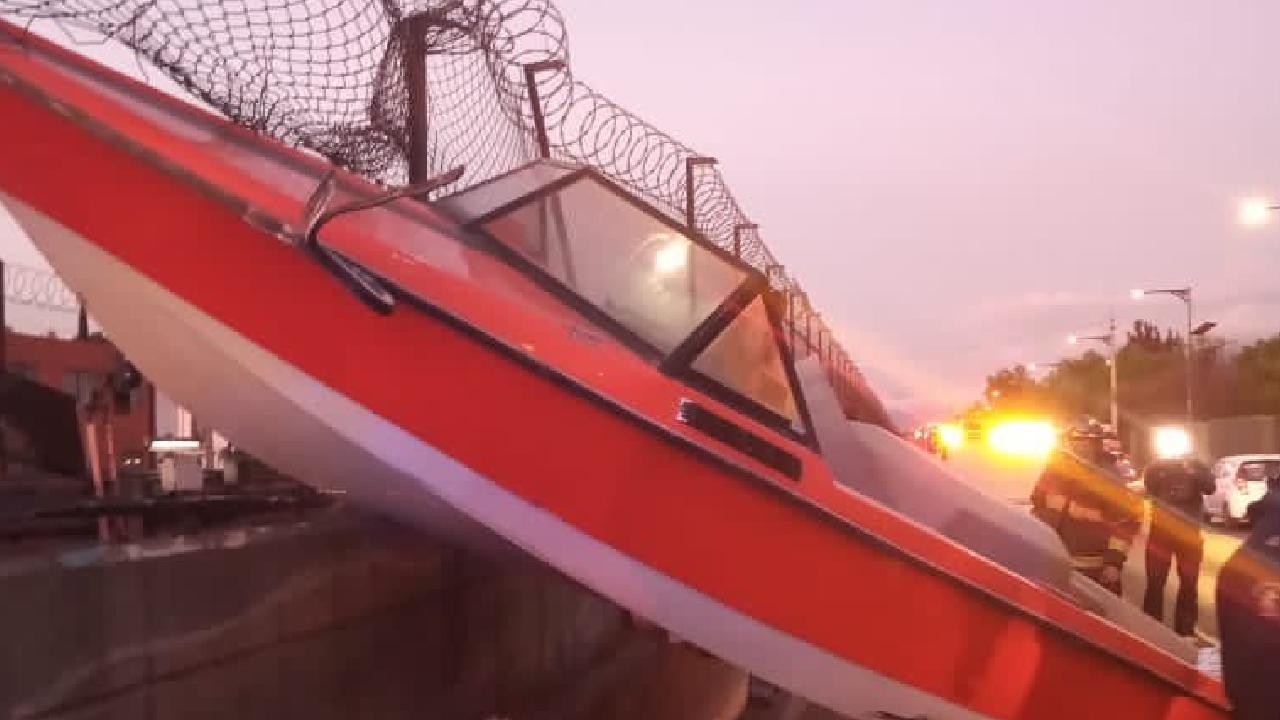 Lancha se incrustó en la malla de la Línea B del Metro de la CDMX
