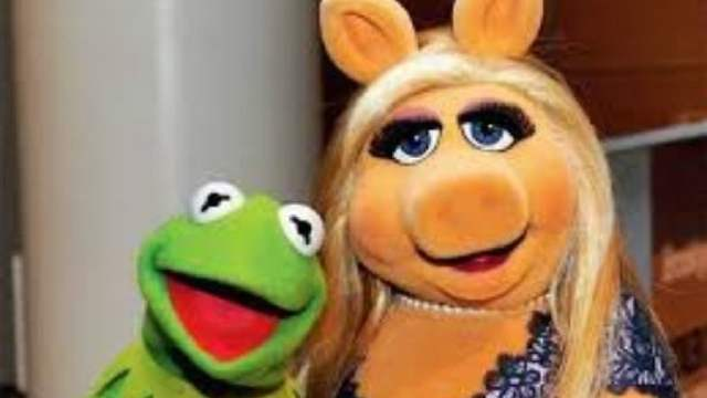 En redes sociales los usuarios piden la cancelación de Miss Piggy ya que este personaje recrea acoso sexual.