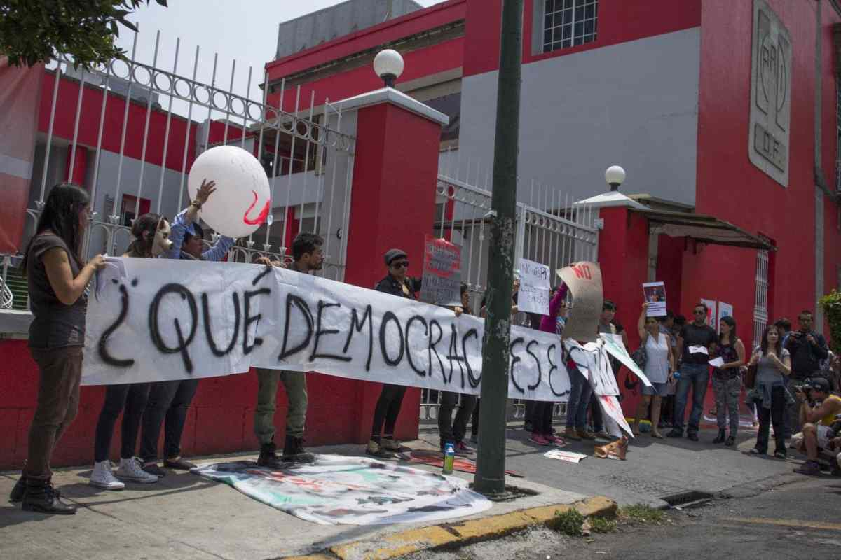 Mujeres se manifiestan afuera del PRI de la CDMX contra Cuauhtémoc Gutiérrez
