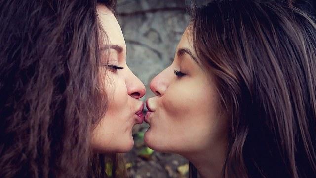 Obligarán a las aseguradoras a pagar tratamientos de fertilidad para parejas de lesbianas
