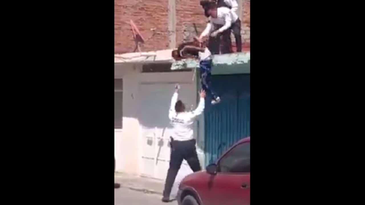 Video policía sorprende peculiar técnica bajar techo