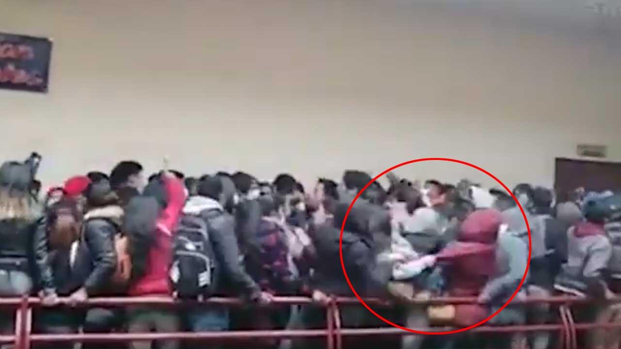 Tras la tragedia en Bolivia, luego del colapso del barandal, una joven fue acusada de homicidio tras haber jaloneado a una compañera