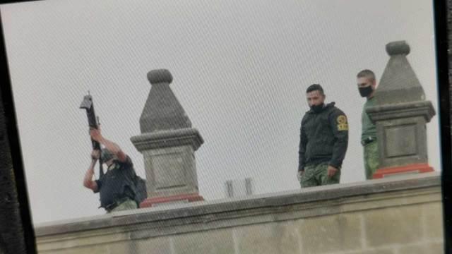 En redes sociales se denunció la presencia de personas en el techo de Palacio Nacional, presuntamente lanzan gas
