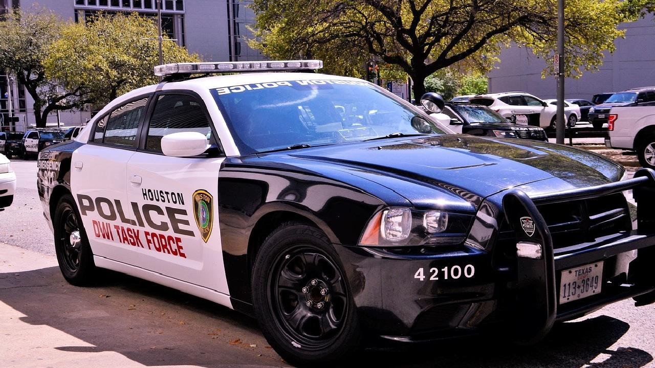 Policía despedido por golpear a un afroamericano