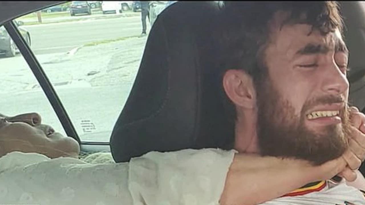 Mujer muerde y trata de asfixiar a conductor de Uber